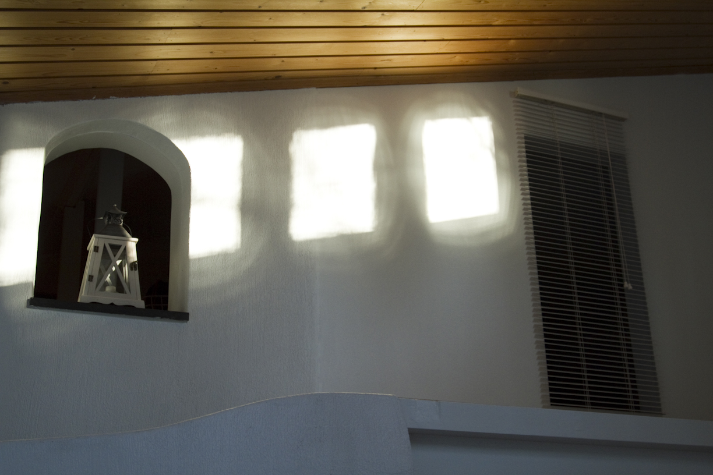 Kynttilälyhty ikkuna-aukossa