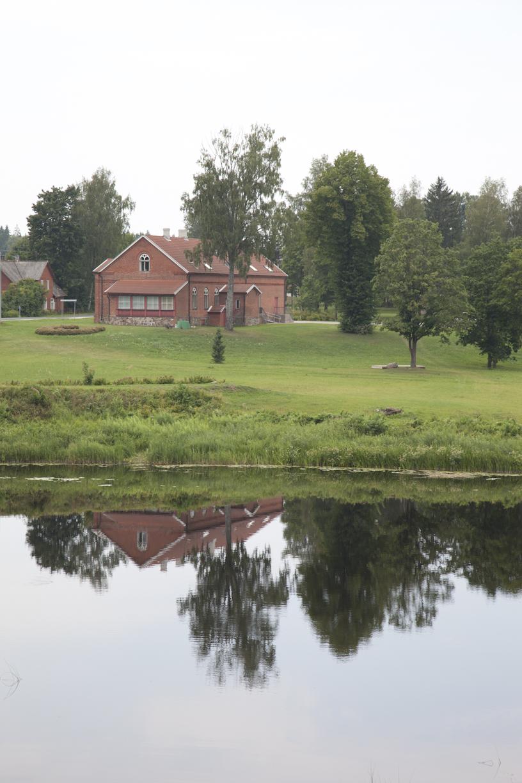 Punainen talo heijastuu vedestä